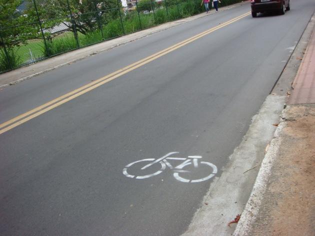 Bicicleta pintada na R. Lauro Linhares, na Trindade.