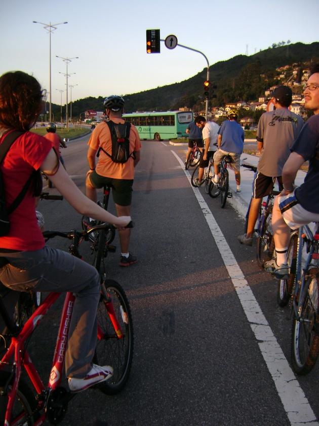 Ciclistas pedalam na Via Expressa Sul. Foto originária da câmera de Juliana Diehl.