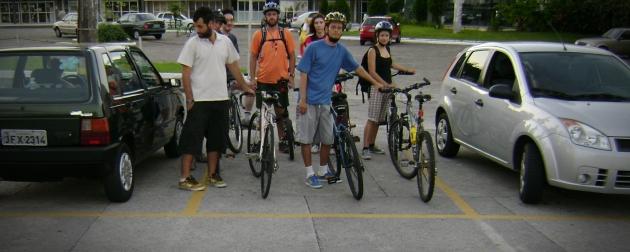 Repare ciclistas ocupam - com sobras - uma vaga de estacionamento para automóveis. Foto originária da câmera de Juliana Diehl.