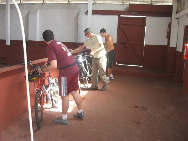 Ciclistas deixam bicicletas na quadra de futsal do clube.