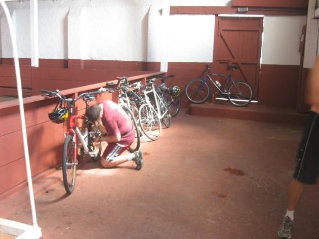 No total, cinco bicicletas repousaram dentro das dependências do Juventus. Foto: André Pasqualini.
