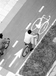 Preferência legal dos ciclistas nem sempre é respeitada entre os motoristas. Foto: Diego Redel.
