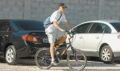 Assim como o arqueiro Eduardo Martini vai aos treinos de bicicleta, cerca de cem torcedores vão aos jogos pedalando. Crédito: Ricardo Duarte.