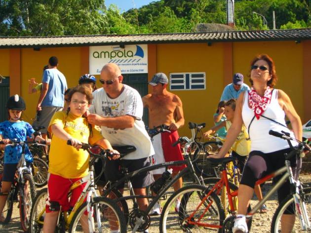 Pessoas concentradas na sede da AMPOLA. Foto: Caminhos do Sertão.