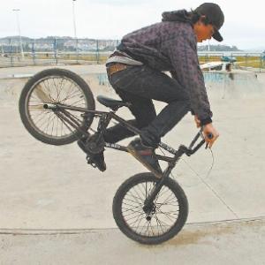Caio dos Santos, 15 anos, usa a bicicleta como meio de transporte, além de fazer acrobacias e competir. Foto: Daniel Conzi.