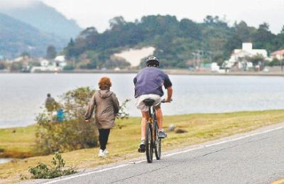 Margeando a Lagoa da Conceição, via não oferece segurança para quem costuma usá-la para pedalar ou caminhadas.