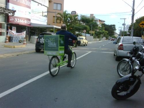 Em Canasvieiras, comerciante trocou a moto pela bicicleta. Foto: Alexandre Francisco Souza.