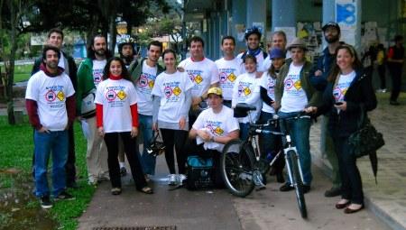 Participantes posam para foto antes da largada do Desafio Intermodal.