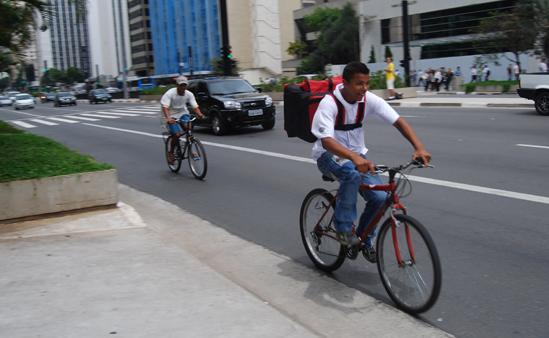 Ciclistas na Av. Paulista: pedalar ao trabalho, além de prazeroso, faz bem ao coração. Foto: Polly Rosa.