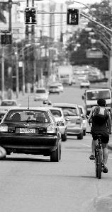 Na avenida Santos Dumont, ciclistas dividem espaço com os veículos.