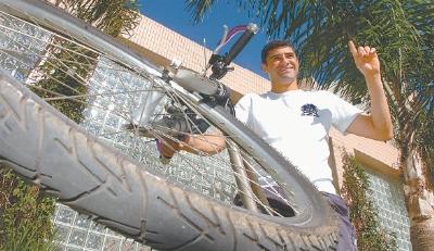 Ontem foi dia de descontração do herói William, que passeou de bicicleta para curtir um pouco mais seu gol não só cheio de estilo, mas decisivo para o Avaí. Foto: Diário Catarinense.