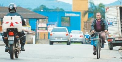 De bicicleta, Pedro Marcelo divide o espaço nas ruas do Iririú com caminhões, carros e motocicletas.