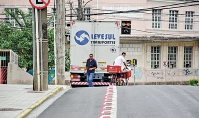 José Carlos Ferreira Júnior, entregador de compras, desvia de caminhão estacionado em espaço exclusivo para bicicletas. Foto: Débora Klempous / ND.