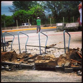 Novos paraciclos do Campeche sendo implantados. Foto: Daniel de Araújo Costa.