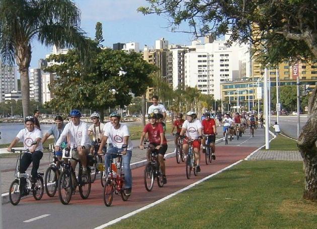 Cesar Souza Júnior e João Amin pedalam no Passeio Ciclístico da ViaCiclo. Foto: Luis Antônio Peters.
