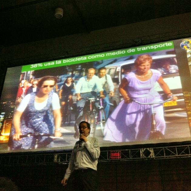 Para Gil Peñalosa, devemos estimular o caminhar e o pedalar. Foto: Fabricio Sousa.