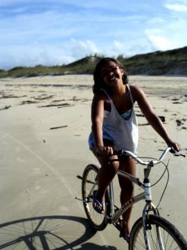 Lylyan Karlinski Gomes, com humor ao pedalar. Fonte: Divulgação / Facebook.