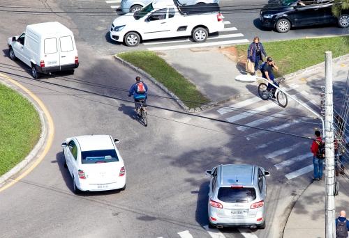 Rótula onde estudante foi atropelada é uma das mais movimentadas da região, mas não tem ciclovia. Foto: Rosane Lima / ND.