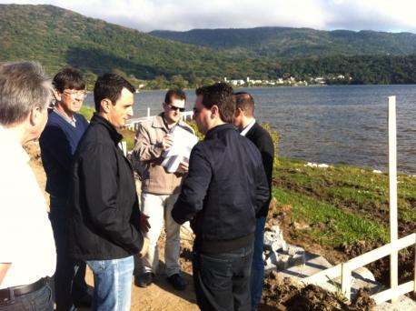 César Souza Júnior, João Amin, diretor Renato Geske e engenheiro Paulo Machado fiscalizaram os trabalhos na Lagoa da Conceição. Foto: Rodrigo Viegas.