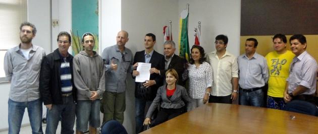 Mais de 20 pessoas, entre membros da comunidade e do poder público, estiveram presentes na assinatura do decreto da Pró-Bici. Foto: Henrique Gualberto Brüggemann.