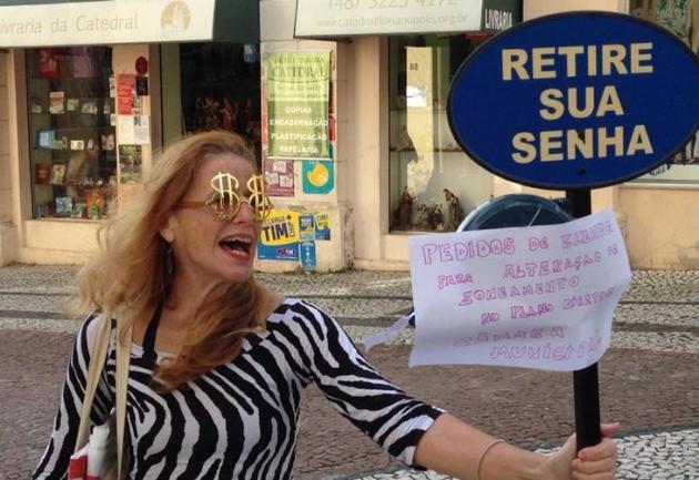 Raquel Macruz, ex-integrante do Núcleto Gestor, faz um protesto humorado em frente à Câmara de Vereadores de Florianópolis, cujo Plano Diretor vem seguidamente atropelando requisitos legais. Foto: Charles Guerra / Agência RBS.