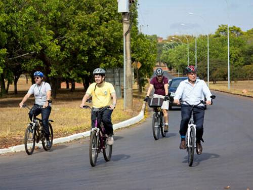 Na Semana Nacional da Mobilidade Urbana, durante o Dia Mundial Sem Carro, em 22 de setembro, o senador Ranfolde Rodrigues (PSOL-AP), juntamente com o senador Eduardo Suplicy (PT-SP), usou a bicicleta para se deslocar para os trabalhos no Senado. Foto: Divulgação / Senado.