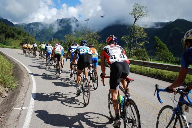 Alongamento e fortalecimento muscular estão entre as principais recomendações preventivas para quem pretende praticar ciclismo. Foto: Eduardo Schaucoski / Divulgação.