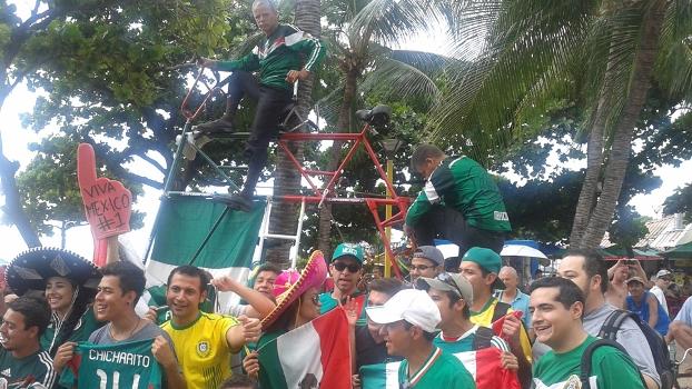 Elias de Souza Aguiar, sua bicicleta e outros torcedores receberam o México em Fortaleza. Foto: Igor Resende / ESPN.