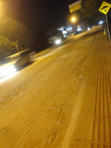 Areia domina pontos da ciclofaixa da Av. Pequeno Príncipe. Foto: Fabiano Faga Pacheco.