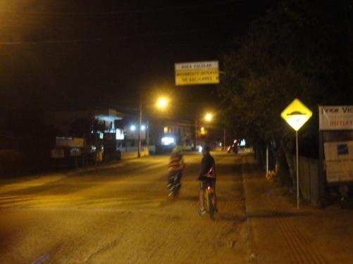 Ciclistas pedalam na areia na ciclofaixa do Campeche. Foto: Fabiano Faga Pacheco.